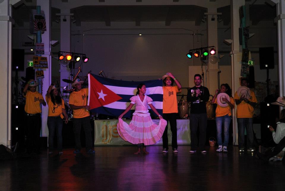 cubanos con bandera se despiden