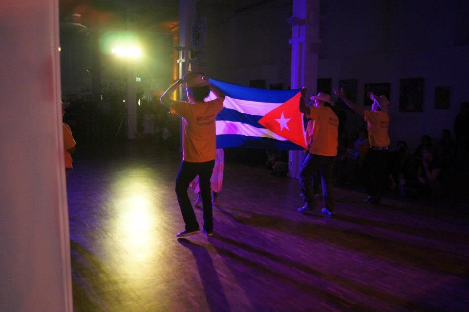cubanos con bandera